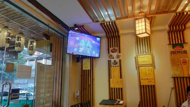 店内に流れる日本のテレビ番組