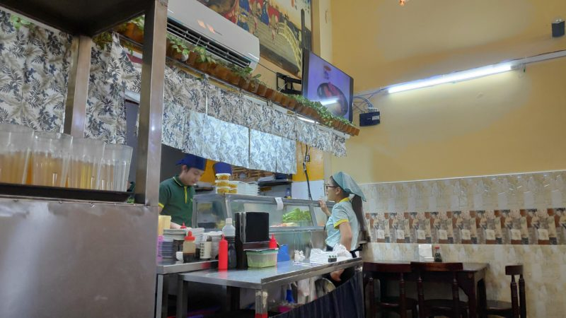 寿司カウンターの板前さんとウエイトレスさん
