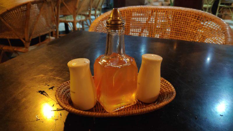 塩、胡椒、唐辛子入りのオリーブオイル