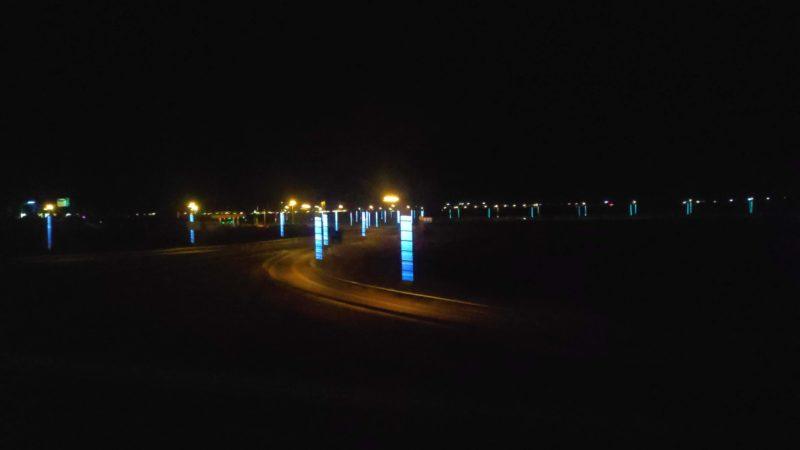 街灯が完備されている舗装路