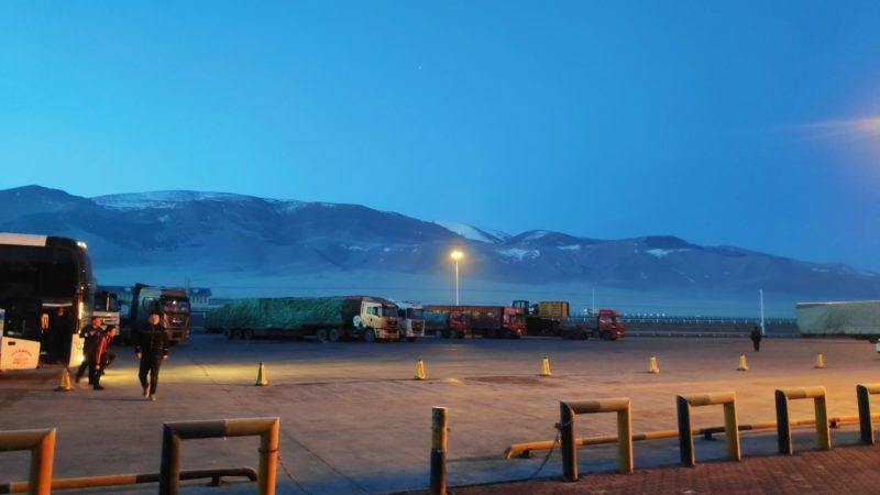 夜明け浮かんできた雪山