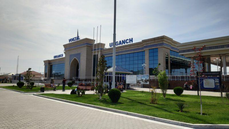 駅舎の外観 道路に面している方には中心駅を意味する「VOKZAL」の文字が掲げられている