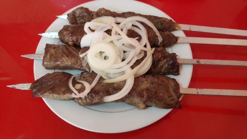 羊のシャシュリク 手前2本が切り身、奥が香辛料を混ぜたすり身