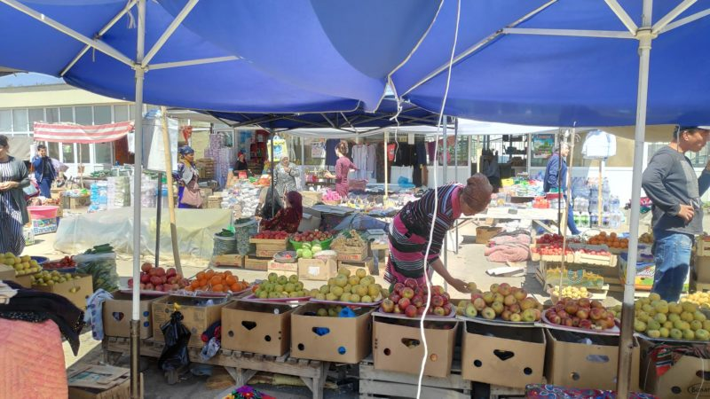 生鮮食品コーナー 女性はウズベキスタンの民族衣装を着ています
