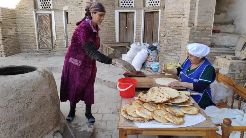 ウズベキスタンのパンを焼く様子