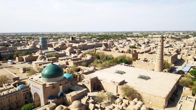 砂漠色の建物にエメラルドグリーンのドームが映えます