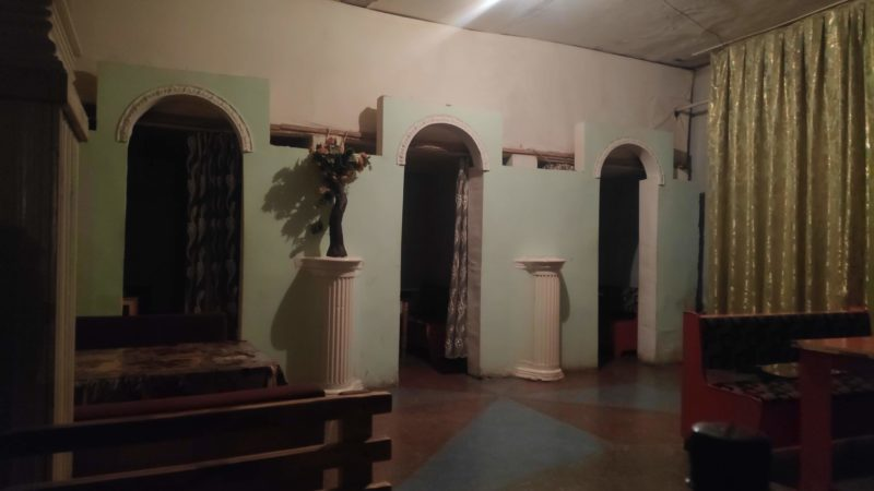 奥にはカーテンで仕切られた個室があります