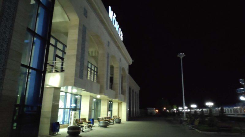 深夜のヌクス駅駅舎