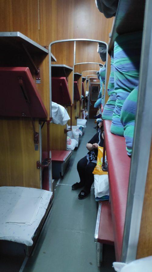 ヌクスからアクタウ行きの寝台列車 28時間の旅が始まります