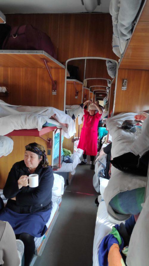 ウズベキスタンの寝台列車の日中の様子