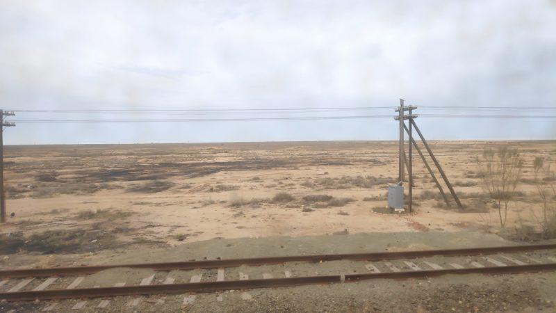 砂漠の荒野を進む列車