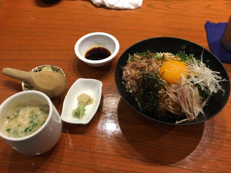 鶏たたきと卵黄の生親子丼