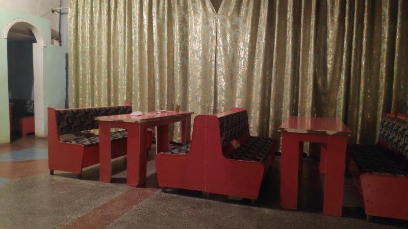 ウズベキスタン、ヌクスの酒場