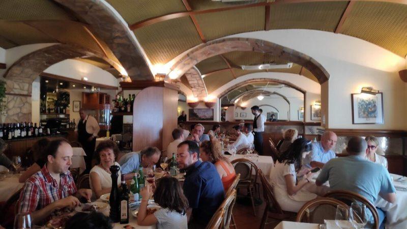 ヨーロッパの定番レストランで食事中の様子