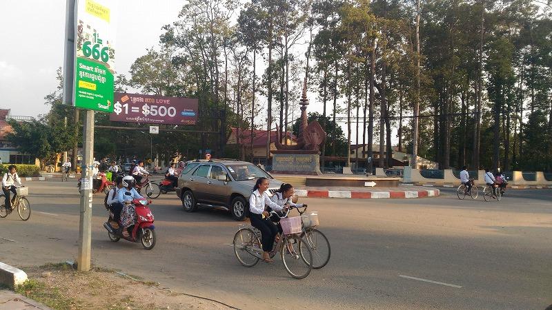 カンボジアのホステルの前の街道の様子