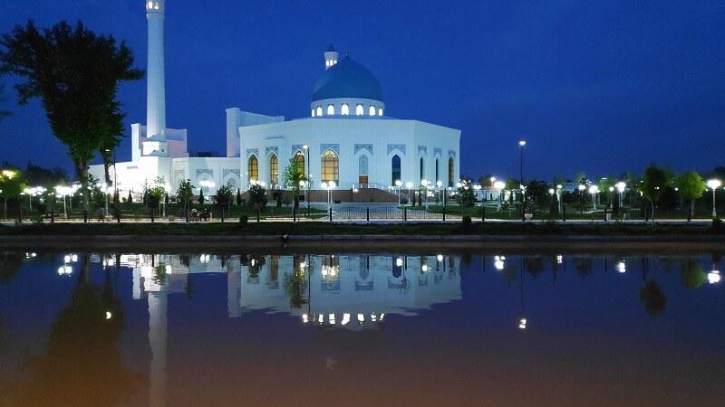 水面に映るミノール・モスク