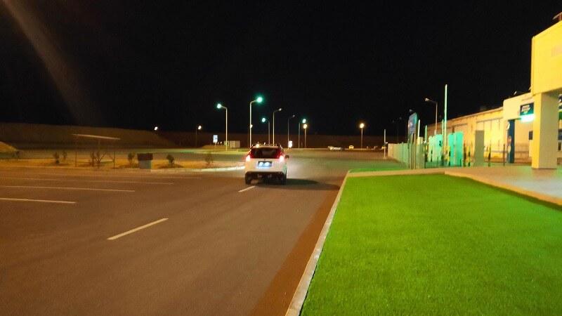 クルーク港でタクシーを見送る