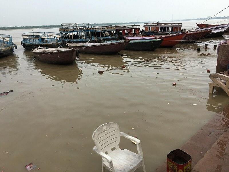 ガンジス川を泳ぐ人たち