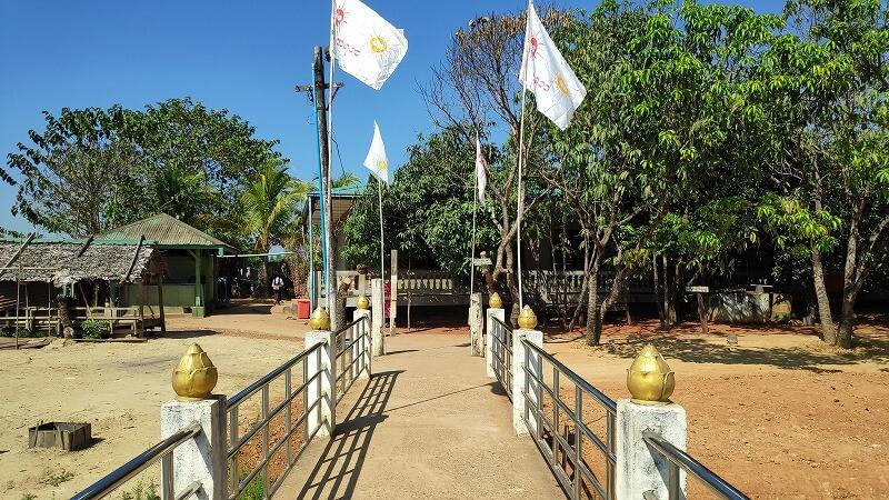 ミャンマー、パアンのパゴダへ続く道