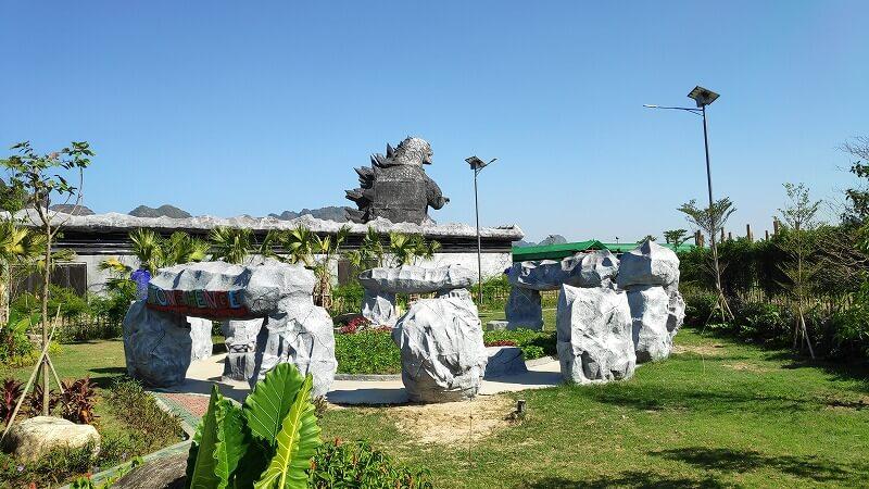 ミャンマー、パアンのゴジラの後ろ姿
