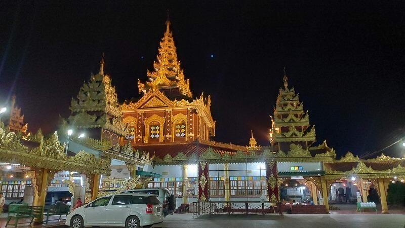 ミャンマー、パアンのライトアップされたパゴダ