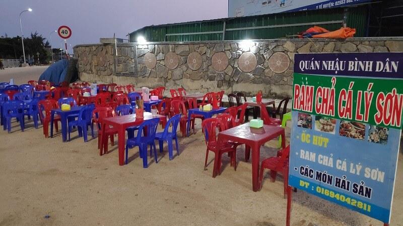 海鮮屋台に並ぶテーブル