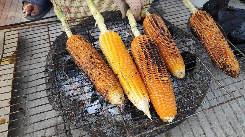 炭火焼きトウモロコシ