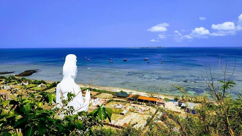 海を眺める立像