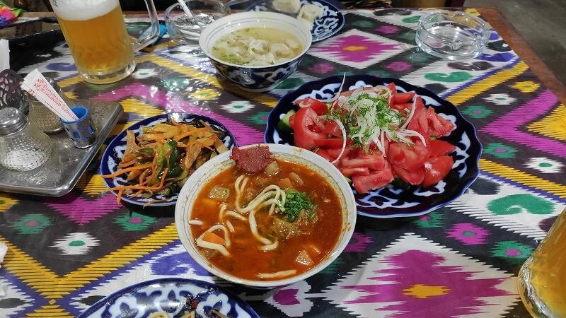 ラグマン、マンティ、トマトサラダ、野菜の漬物