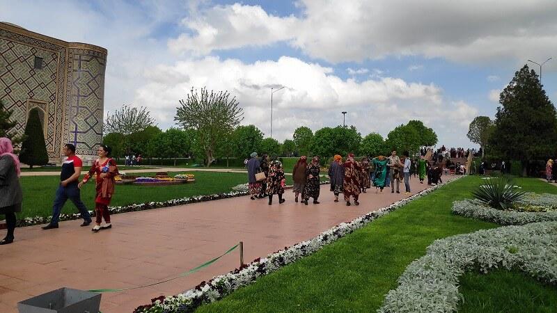 ウズベキスタンの民族衣装を着た人たち