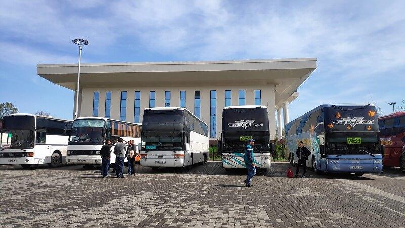 タシケントバスターミナルに並ぶバス